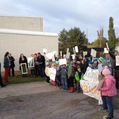 Elever demosterar mot att en finsk skola stängs i Raseborg.