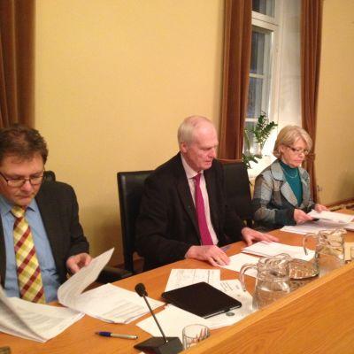 Fullmäktigeordförande Patrick Ragnäs, styrelseordförande Bernhard Utter och stadsdirektör Riitta El Nemr i Kristinestad