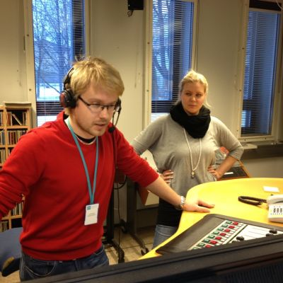 Joni Kyheröinen och Moa Mattfolk i Yle Österbottens studio i Vasa.