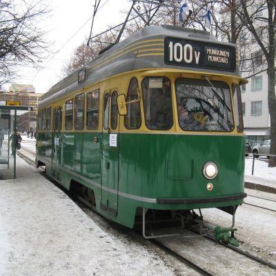 Vuoden 1955 raitiovaunu erikoistunnuksella juhlistamassa linjan numero 4 100-merkkipäivää.