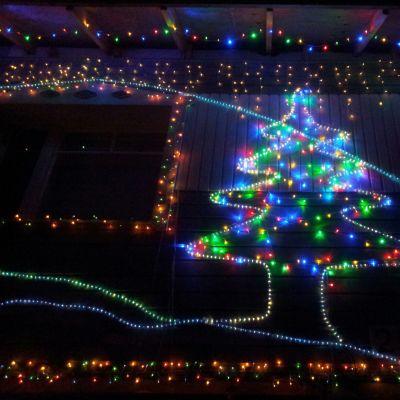 Jouluvaloja omakotitalon seinällä.