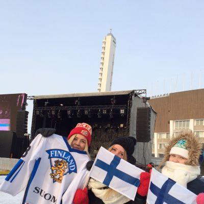 Nuorten Leijonien fanit poseeraavat Mäntymäen kentällä.