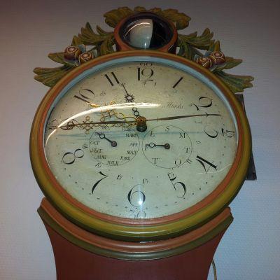 Könniläisen kalenterikellon kellotaulusta näkee ajan lisäksi mm. kuun vaiheen ja viikonpäivän.