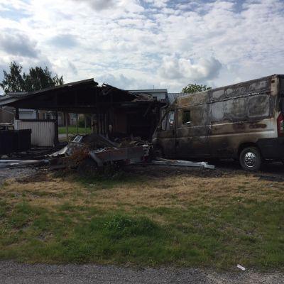 Tiililäntiellä Kauhajoella on tapahtunut tällä viikolla 7 tulipaloa, joissa on tuhoutunut autoja, auto- ja roskakatoksia.
