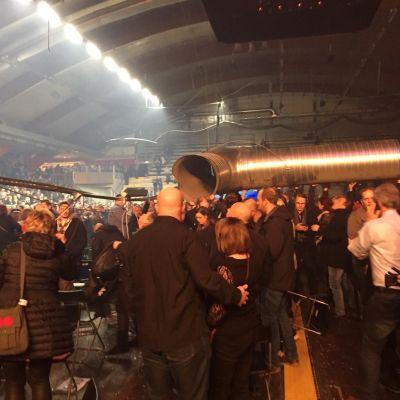 Folk lyfter upp tunga saker i Vasa arena.