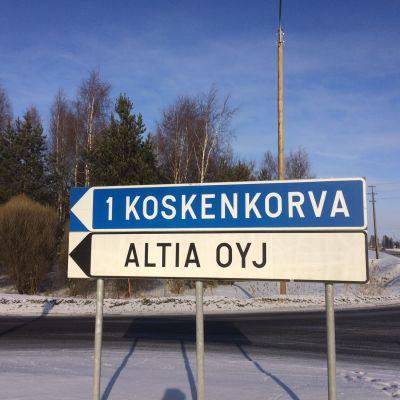 Kyltti opastaa Altian tehtaalle Koskenkorvalla Ilmajoella.