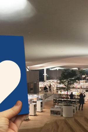 Kirja kädessä Oodi-keskustakirjastossa