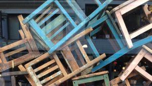 skyltfönster med gamla stolar i Bryssel