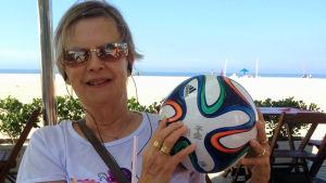 Maria Inez håller i en fotboll.