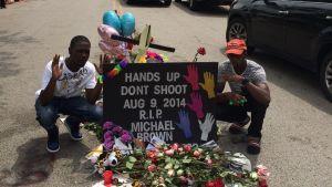 Spontant minnemärke på den plats där Michael Brown sköts ihjäl.