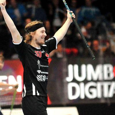 Veli-Matti Hynynen firar ett mål