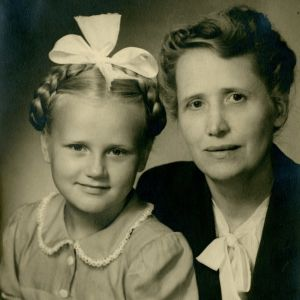 Pirkko Työläjärvi 10-vuotiaana äitinsä kanssa.