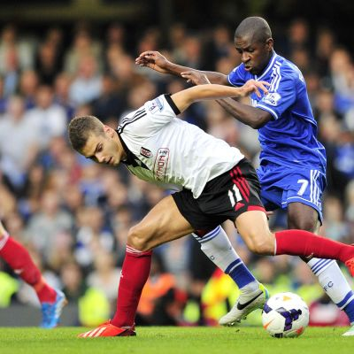 Fulhamin Alex Kacaniklic ja Chelsean Ramires kaksinkamppailussa.