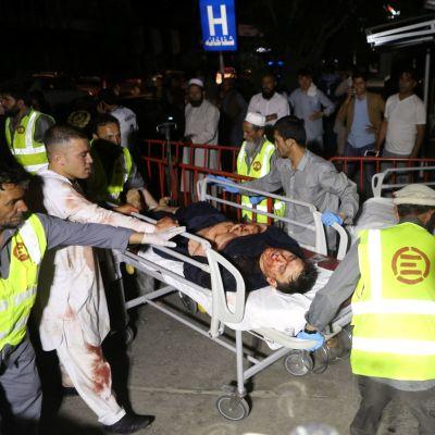 Hääjuhlissa tapahtuneessa räjähdyksessä loukkaantunutta miestä kiidätettiin sairaalaan Afganistanin pääkaupungissa Kabulissa lauantaina.