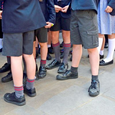 Lontoolaisia koululaisia koulupuvuissaan
