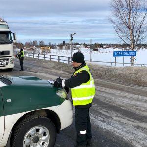 Rekka pysäytettynä Ruotsin vastaisella rajalla, rajavartija keskustelee kuljettajan kanssa,