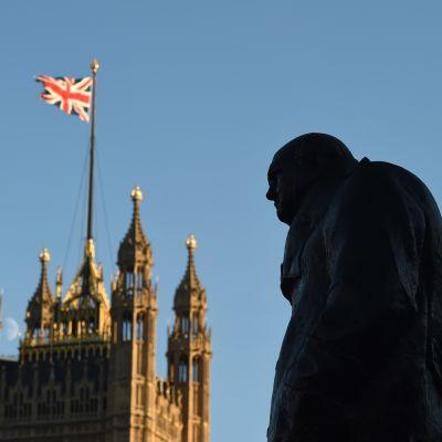 Ex-pääministeri Winston Churchillin patsas, parlamenttitalo ja ilta-aurinko syyskuussa 2018.