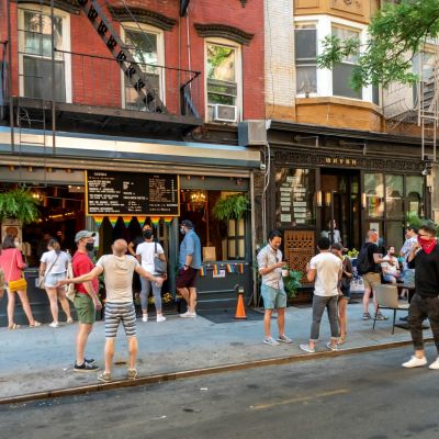 Ihmisiä kadulla ravintolan edessä New Yorkissa.