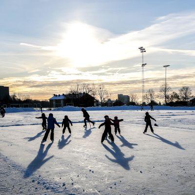 Lapsia luistelemassa jäällä Oslossa, Norjassa.
