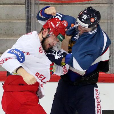 Veli-Matti Savinainen och Kristian Khenkel slåss.