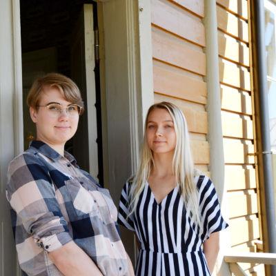 Stella Crawford (vänster) och Venla Lehtinen (höger)