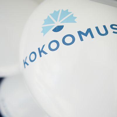 Kokoomuksen logo valkoisessa ilmapallossa.