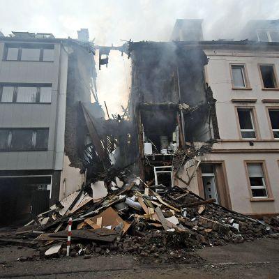 Räjähdyksen jälkiä kerrostalossa ja sen ulkopuolella Saksan Wuppertalissa 24. kesäkuuta.