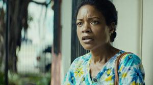 Paula (Naomie Harris) i närbild när hon ser bekymrad ut.
