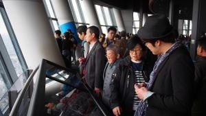 En grupp japaner i olika åldrar