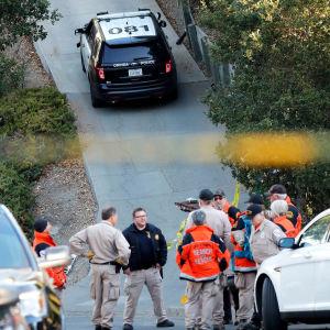 Polis står vid en backe vid polisbilar efter skjutning i Kalifornien.