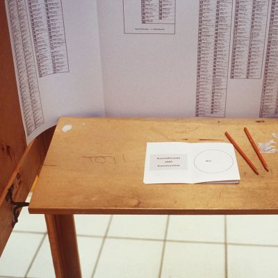 Äänestyskoppi sisältä vuoden 2000 kuntavaaleissa.