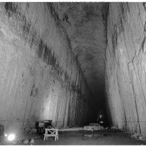 Gammalt foto från 1970-talet då Kronbergets oljetunnlar byggdes, inne från en av cisternerna. En bil står parkerad i cisternen.