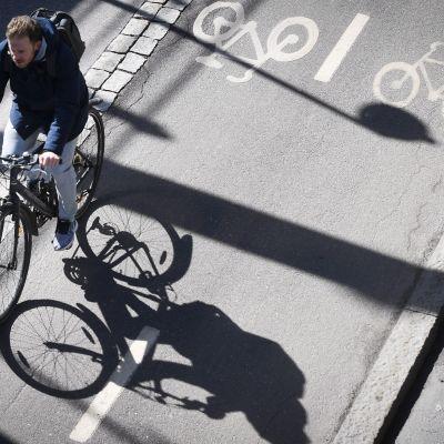 polkupyöräilijä Helsingin baanalla