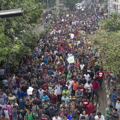 Tuhannet nuoret ovat protestoineet pääkaupungissa Dhakassa jo kahdeksatta päivää.