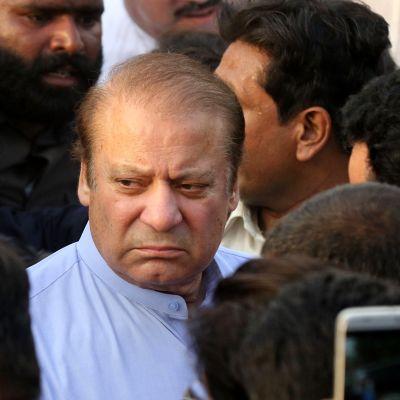 Pakistanin entinen pääministeri Nawaz Sharif vaimonsa hautajaisissa Lahoressa Pakistanissa