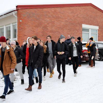 Nuoria marssimassa ulos Parolan lukiolta