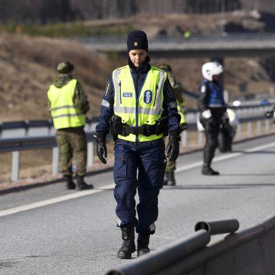 Poliisi ja varusmiehet hiljaisella tarkastuspisteellä Lohjan ja Salon rajalla.