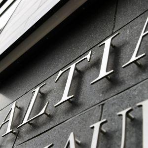 Den finländska statliga alkoholtillverkaren Altias namn på väggen.