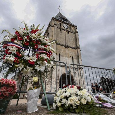 Kirko kirkko, johon kaksi miestä teki hyökkäyksen.