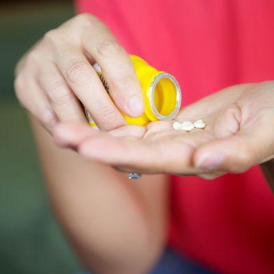 nainen ottaa lääkettä