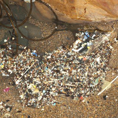 muovinpalasia rannalla