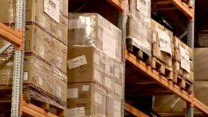 lådor i ett lager