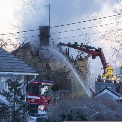 Palokunta sammuttamassa tulipaloa Sommeenkadulla Kotkassa