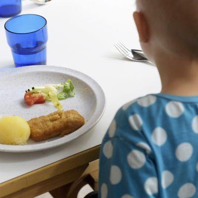 lapsi ruokailemassa