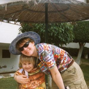 Paula Havaste toisen lapsensa kanssa lomalla Espanjassa.