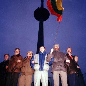 Civila står samlade för att försvara TV tornet i Vilnius, januari 1991.