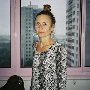 Camilla Ramonn, regissör för serien Noia står framför ett fönster.