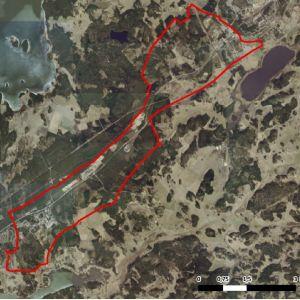 En flygfoto eller en satellitbild över området Horsbäck-Läpp i Raseborg. Röd gränslinje visar vilket område en aktuell delgeneralplan gäller.