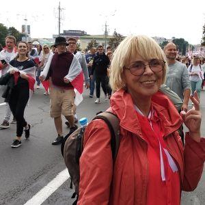 Alena Pankratava demonstrerar för fria och rättvisa val i Belarus.