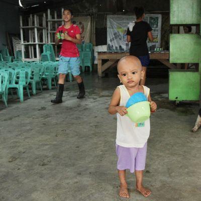 Lapsi ruokakipon kanssa